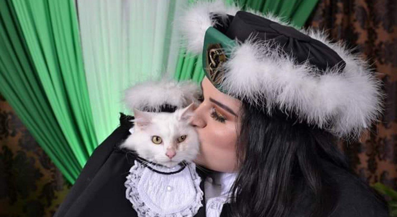 A foto da gata, de beca e tudo, viralizou na internet nessa segunda-feira