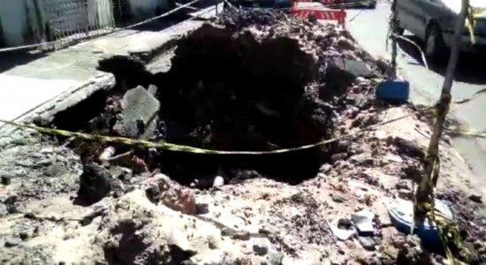 Denúncia: Buraco causa transtornos em rua de Jaboatão dos Guararapes