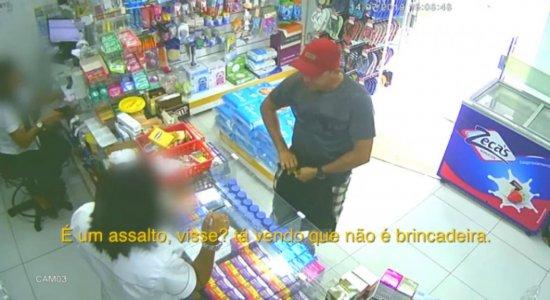 Homem exige notas de R$ 100 durante assalto a farmácia; veja vídeo