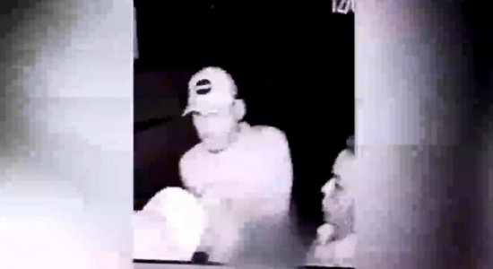 Vídeo: homens invadem casa para roubar e agridem idosa na Mustardinha