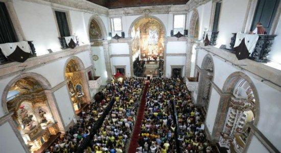 Fiéis lotam Basílica para celebrar Nossa Senhora do Carmo