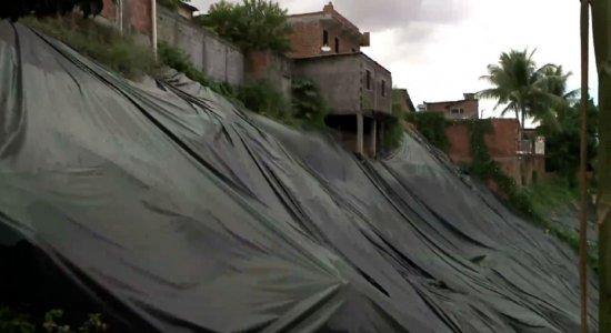 Apreensivos por causa da chuva, moradores de áreas de risco do Recife reclamam de falta de assistência da Defesa Civil