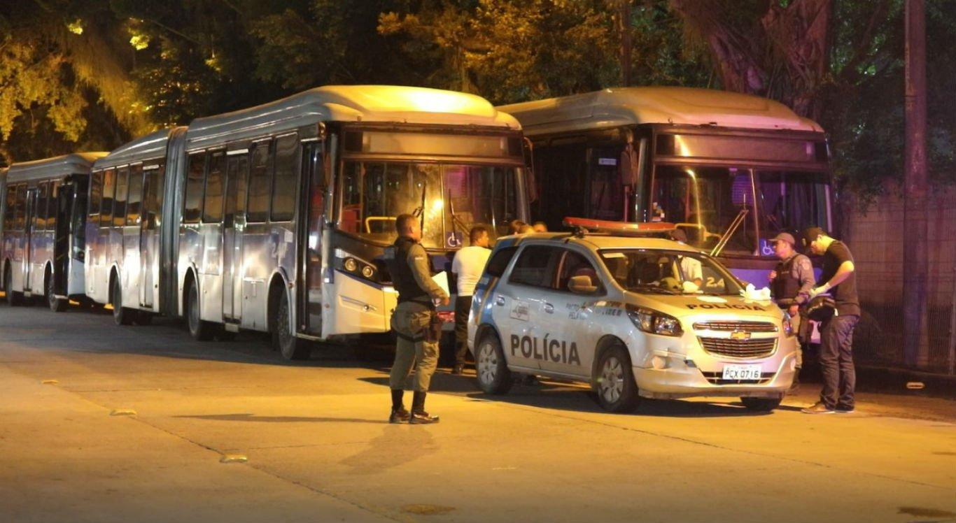 Homem tenta assaltar BRT usando simulacro e é morto por passageiro