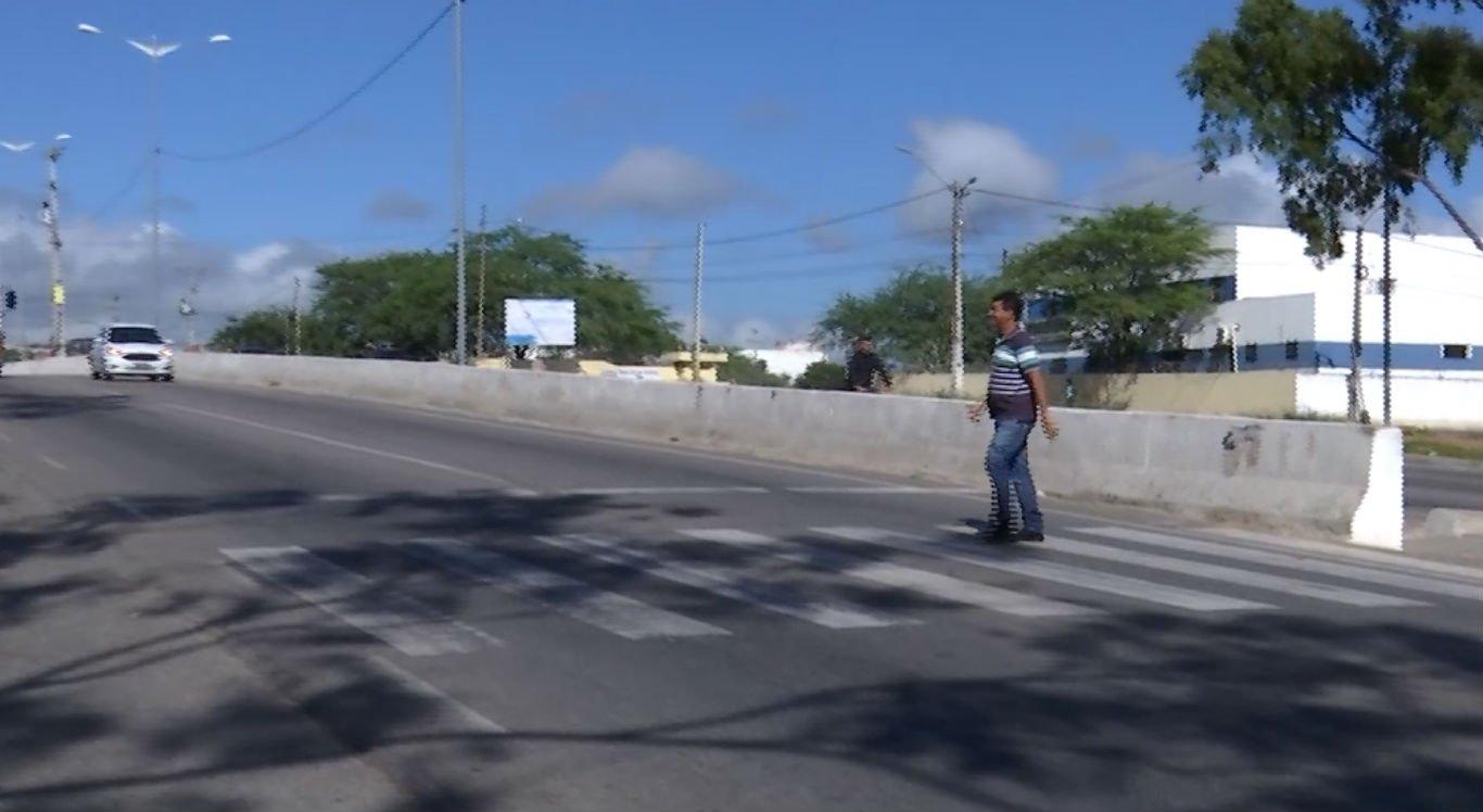 Sem as lombadas, pedestres têm dificuldade para atravessar