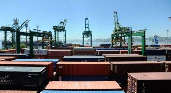 Apesar da queda do valor exportado para outros países, a balança comercial brasileira conseguiu fechar o mês com um saldo positivo