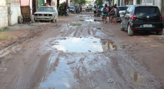 Moradores de Roda de Fogo sofrem com poeira e rua esburacada