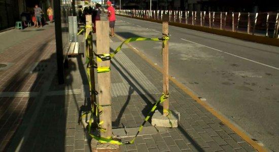 Av. Conde da Boa Vista: Após inauguração, parada tem painel quebrado