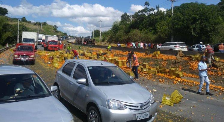 Caminhão tomba na BR-232 e carga é derrubada na pista