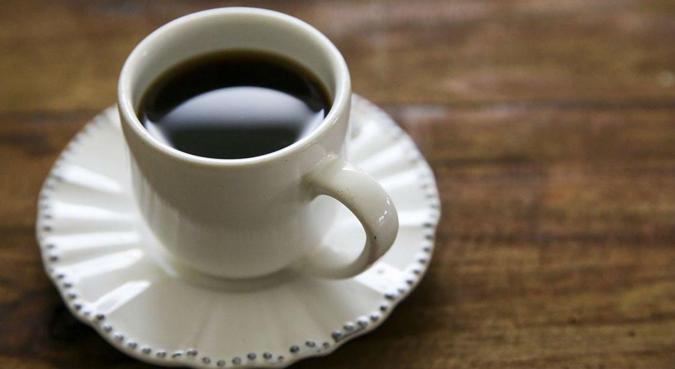 Consumo de mais de três xícaras de café de 50 ml por dia aumenta a chance em até quatro vezes pressão alta em quem já tem predisposição