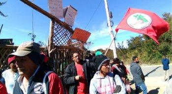 Grupo protesta contra falta de abastecimento de água no acampamento