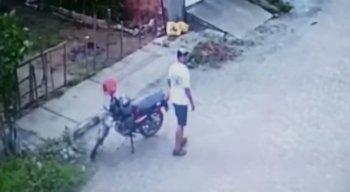 Vídeo: homem estaciona moto e se masturba em rua de Caruaru