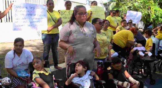 Mães de crianças com microcefalia fazem protesto contra corte do BPC