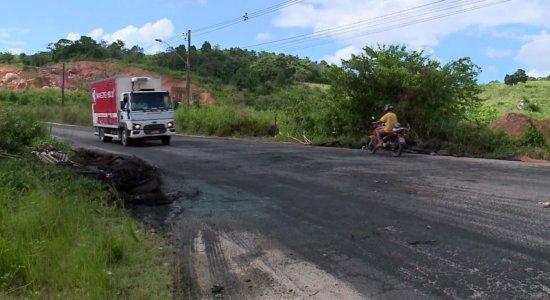 Moradores realizam protesto na Estrada da Muribeca