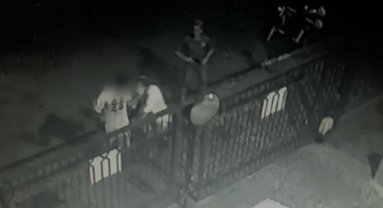 Vídeo: dupla é filmada assaltando homem no bairro de Casa Amarela