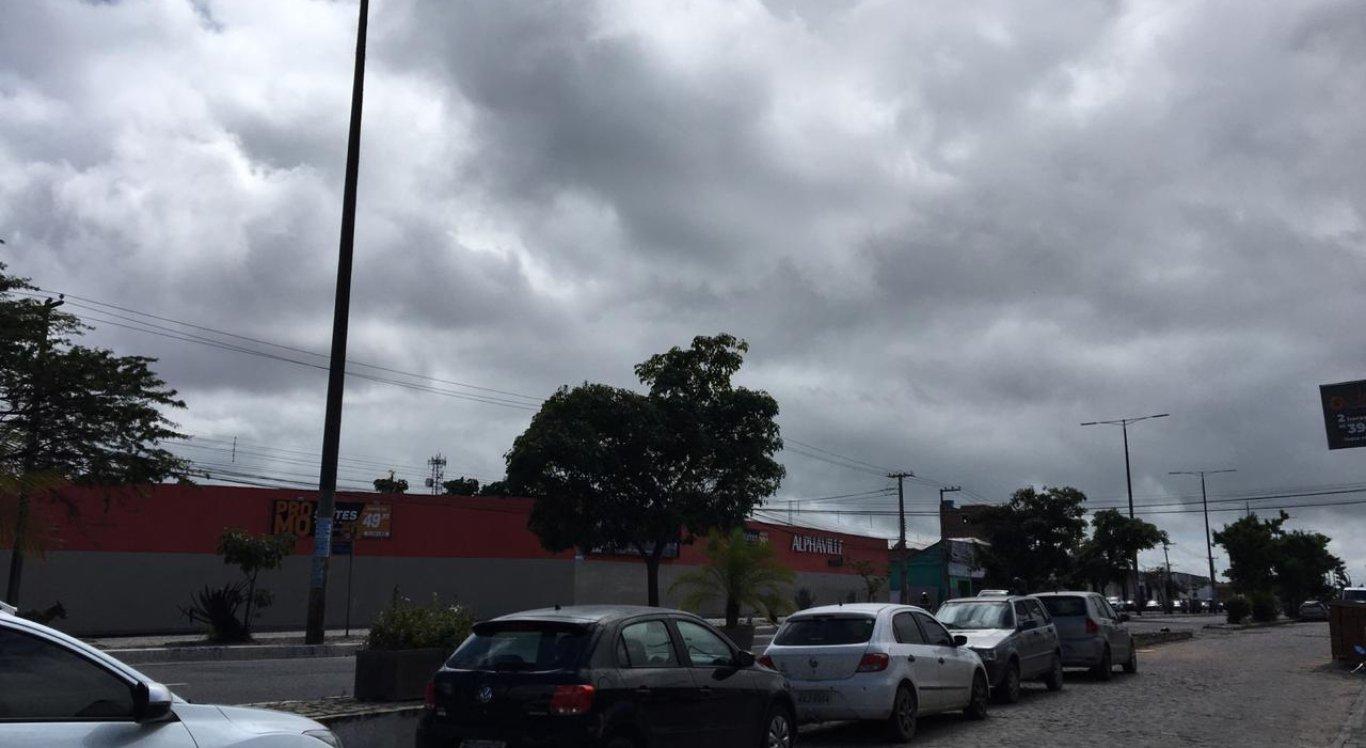 O céu de Caruaru está nublado nesta sexta-feira