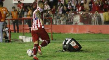 Rafael Oliveira comemora gol que garantiu a vitória do Náutico.