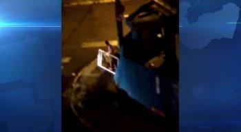 O homem saiu do local com uma armação de metal, que aparenta ser de uma janela
