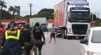 Aglomeração de caminhoneiros na BR 101, na altura da Vitarella, na tentativa de bloquear a estrada