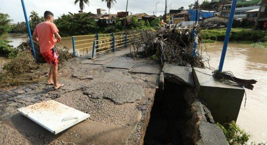 Rio Carimã transborda e causa transtornos em Barreiros, na Mata Sul