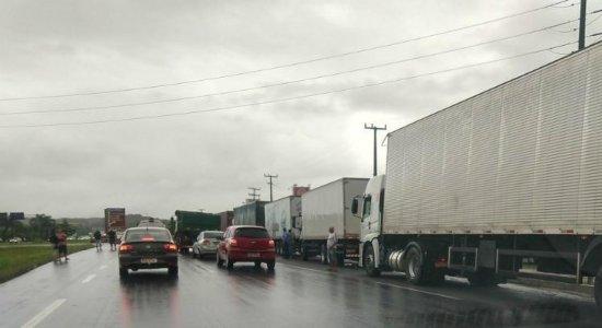 Caminhoneiros param veículos às margens da BR-101