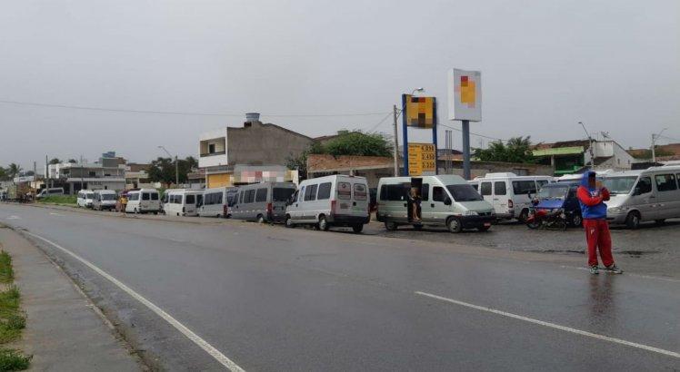 Motoristas de transporte alternativo estão aglomerados na BR-232, em São Caetano