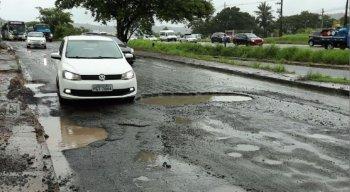 buracos na rodovia BR-232 causa transtorno pra motoristas