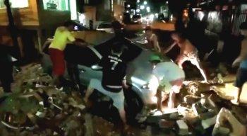 Moradores contaram que o calçamento cedeu, depois que um caminhão passou pelo local