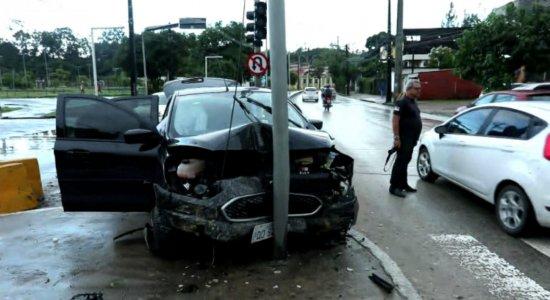 Motorista perde controle de carro e sofre acidente na Avenida Norte