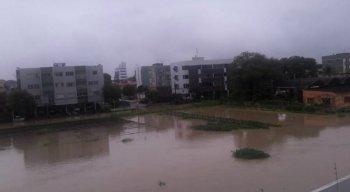 O grande volume de chuvas registrado na RMR, Mata Norte e Mata Sul do Estado fez com que alguns órgãos públicossuspendessem suas atividades