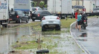 Carro caiu em buraco na PE-15, em Olinda