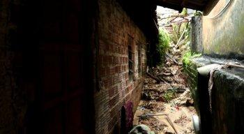 Deslizamento de barreira atingiu casa em Olinda