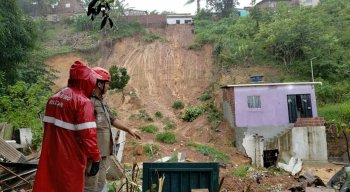 Deslizamento de barreira atingiu casa no bairro do Passarinho, no Recife