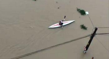 Chuvas: morador utiliza caiaque para sair de casa