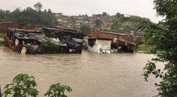 Em Dois Unidos, Zona Norte do Recife, chuva cobriu casas