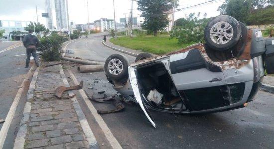 Carro bateu em poste e capotou na Avenida José Rodrigues de Jesus