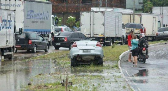 De acordo com o motorista, ele voltava de uma consulta médica com a esposa e filha, quando a correnteza, formada pelo acúmulo de água na pista, arrastou o veículo para dentro do buraco