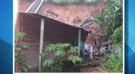 Barreira desaba no bairro Vasco da Gama e deixa quatro feridos