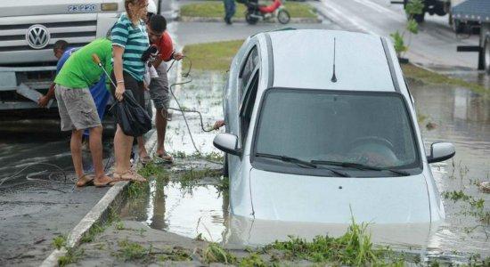 Um carro caiu em um buraco, na madrugada desta quarta-feira (24), na PE-15, no bairro de Tabajara, em Olinda, na Região Metropolitana do Recife