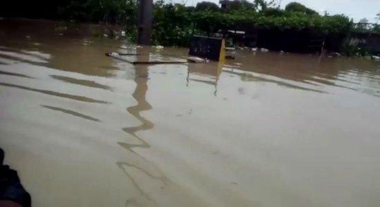 Canais transbordam e água invade casas em Olinda