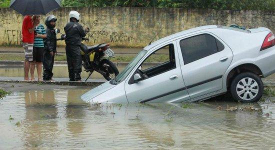 Em alagamento causado pelas chuvas, carro cai em buraco na PE-15