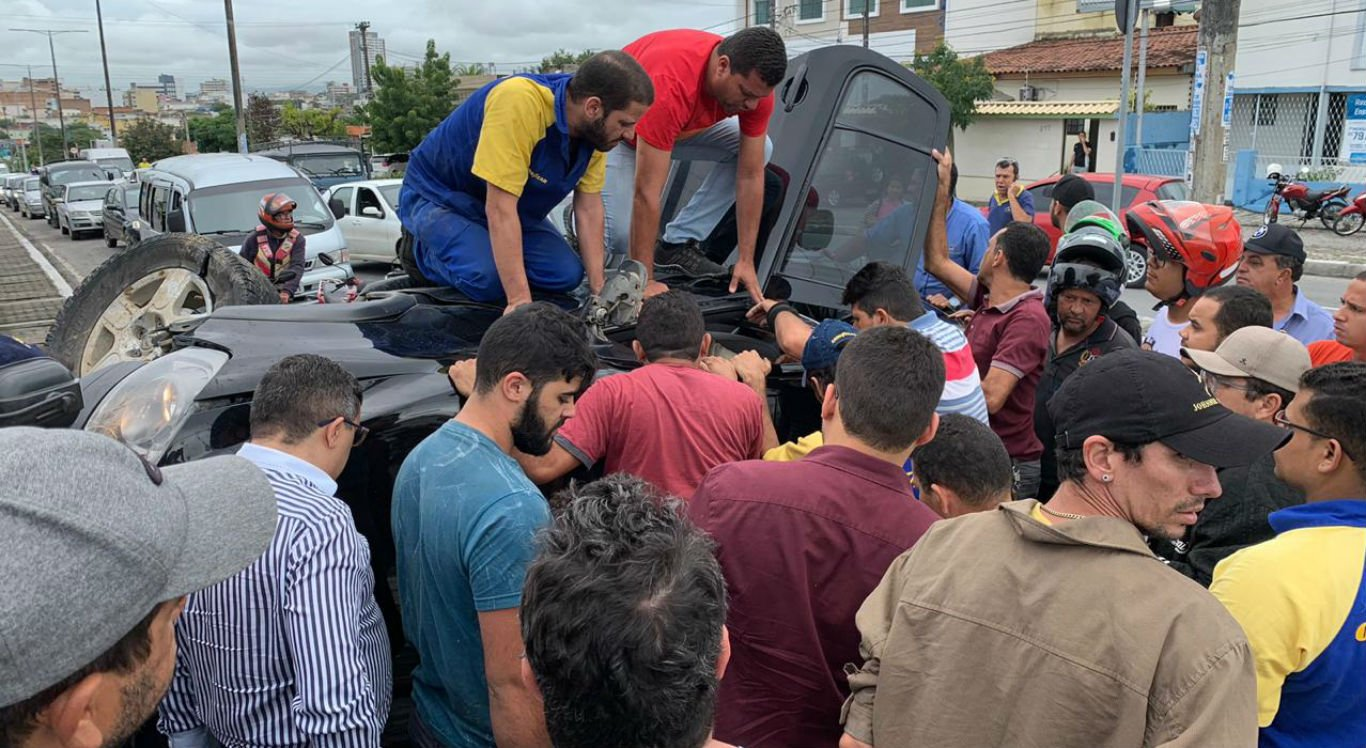 Acidente entre carro e moto deixou três feridos em Caruaru