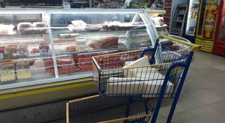 Produtos também foram apreendidos em um supermercado de Floresta