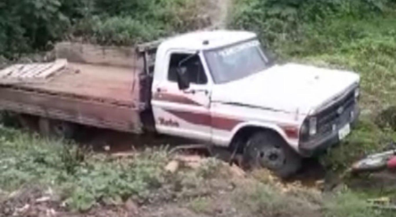 Caminhão bateu em outros dois veículos, mas ninguém se feriu