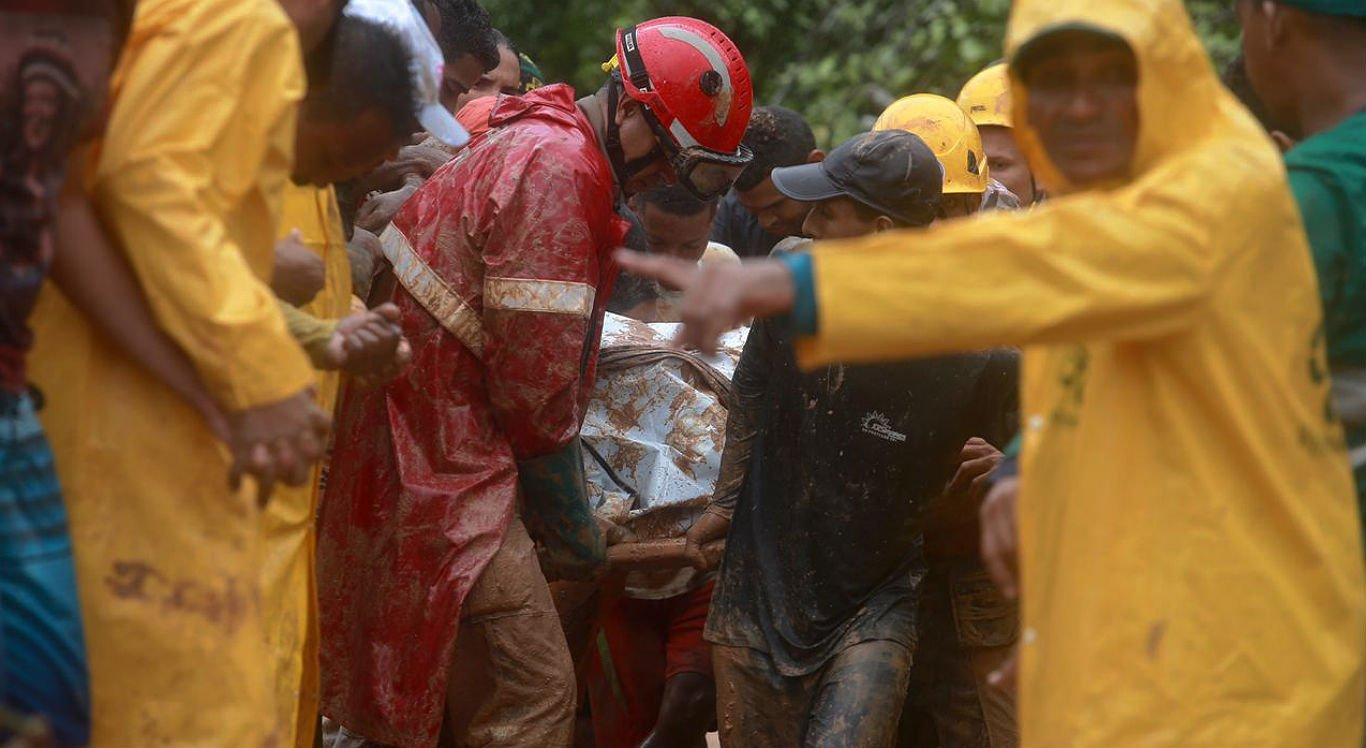 Chuvas: corpos de vítimas começam a ser levados para o IML