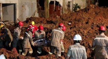 bombeiros recolhendo corpo de Maria Eduarda grávida de 8 meses.