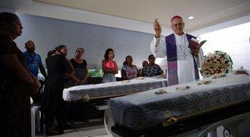 Arcebispo Dom Fernando Saburido realizou missa em velório de casal de idosos morto após deslizamento
