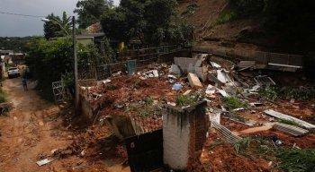 Em Passarinho, duas pessoas morreram num deslizamento de barreira