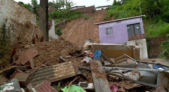 Enterrados idosos mortos em deslizamento de barreira em Passarinho