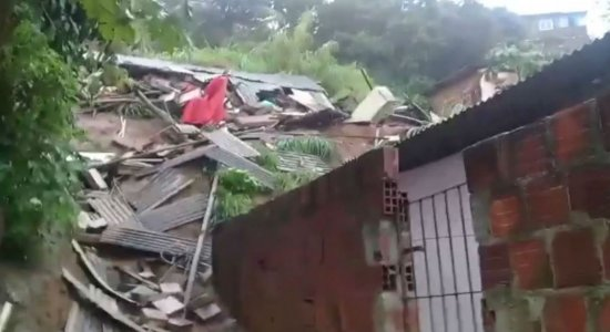 Deslizamento de barreira assusta moradores de Nova Descoberta