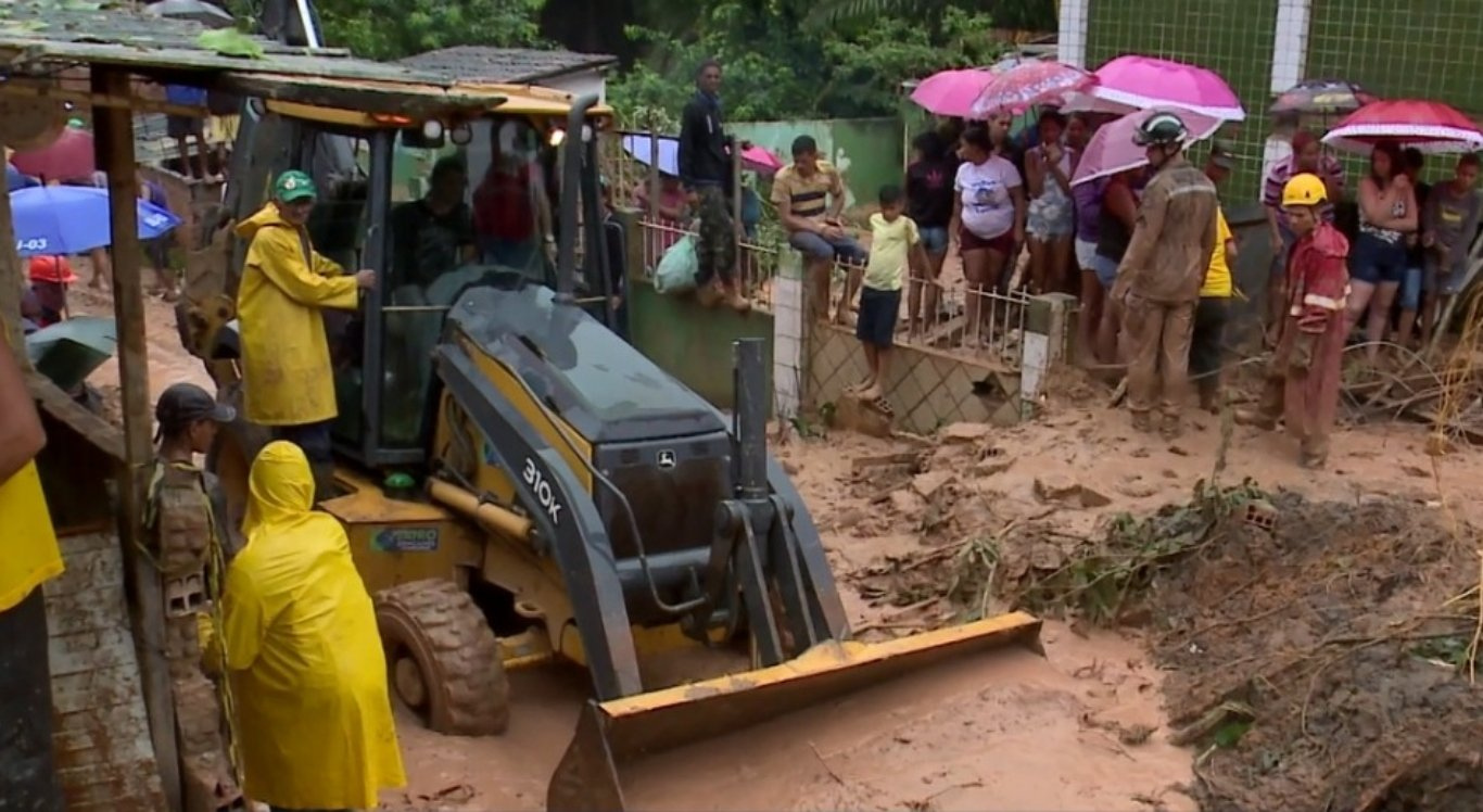 O deslizamento de terras foi causado por causa das chuvas intensas na região